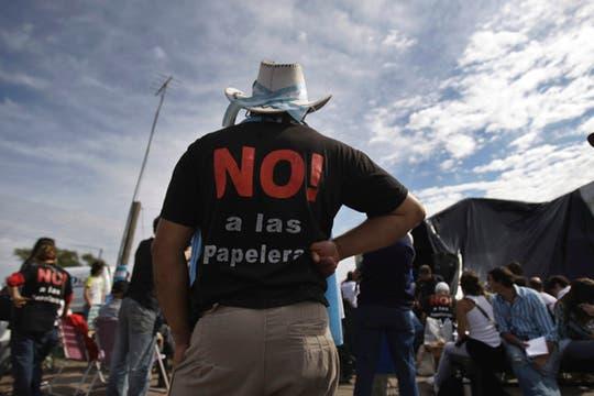 Los argentinos con remeras que repudian a la papelera. Foto: AP