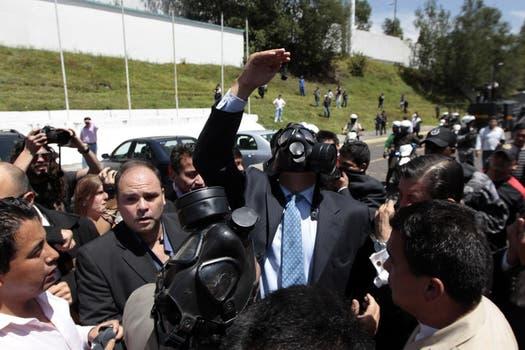 Correa intentó dialogar con los policías que reclaman la eliminación de la ley de recortes al servicio público en las afueras del Regimiento, pero los manifestantes lo recibieron a los gritos. Foto: EFE