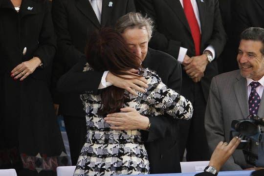 Cristina Kirchner, se abraza con su esposo, el diputado nacional Néstor Kirchner, durante el desfile por el Día de la Independencia que se lleva a cabo en el Parque 9 de Julio de San Miguel de Tucumán, 9 de julio de 2010. Foto: Télam