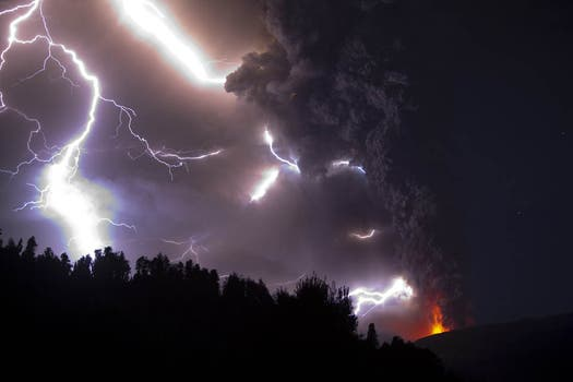 Imágenes más que elocuentes de la furia que está manifestando en volcán Puyehue en Chile. Foto: EFE