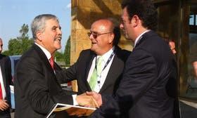 El ministro De Vido saluda a Mendiguren y a Urtubey, de la UIA