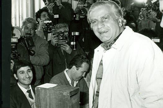 Cafiero, gobernador entre 1987 y 1991, emite su voto. Foto: Archivo
