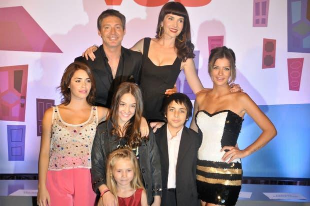 La familia Cousteau: Suar, Eugenia Suárez, Lali Espósito, Ángela Torres, Joaquín Flammini y Lola Poggio, junto a Natalia Oreiro