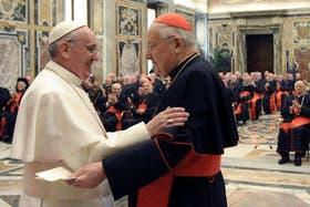 El papa Francisco saludando al cardenal italiano Angelo Sodano durante su encuentro con los 114 cardenales electores y numerosos octogenarios en la sala Clementina del Vaticano