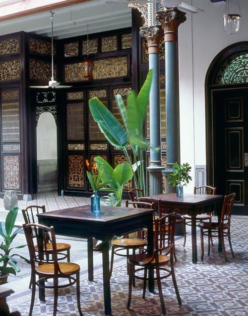 Al estilo de los bares árabes, las mesas se ubican en la galería de la mansión, el lugar ideal para disfrutar un té especiado..