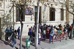 La puerta de la escuela cordobesa Gabriela Mistral donde ocurrió la golpiza