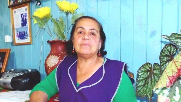 Sonia Pino habla con su hijo cada semana en el cementerio de Punta Lavapié