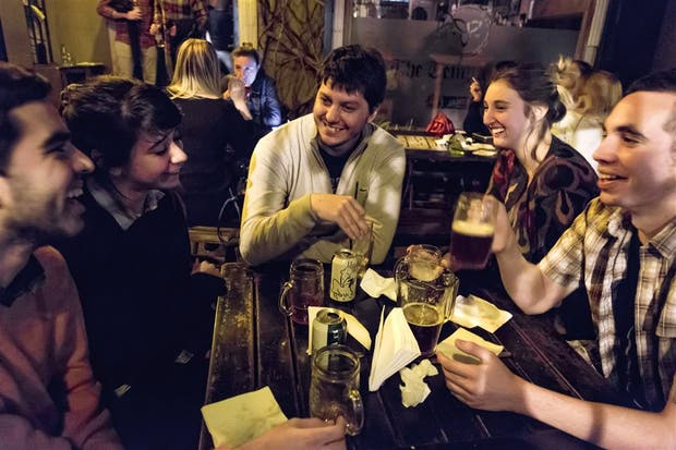 Una postal de la noche: charla entre amigos y alcohol; quieren que los controles de alcoholemia sean voluntarios