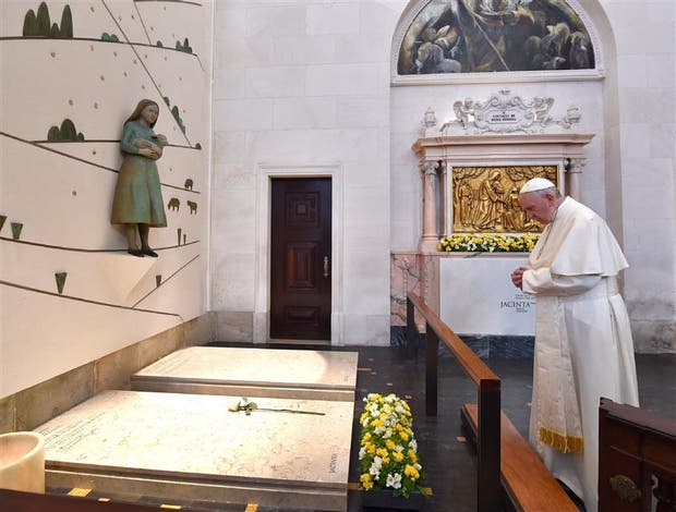 El Papa, ayer, ante las tumbas de los chicos pastores, en Fátima