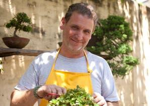 Sergio Luciani, el bonsaista que mezcla arte milenario con rock nacional