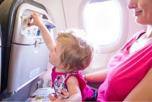 En lugar de quejarse, esta mujer ayudó a una madre durante un vuelo