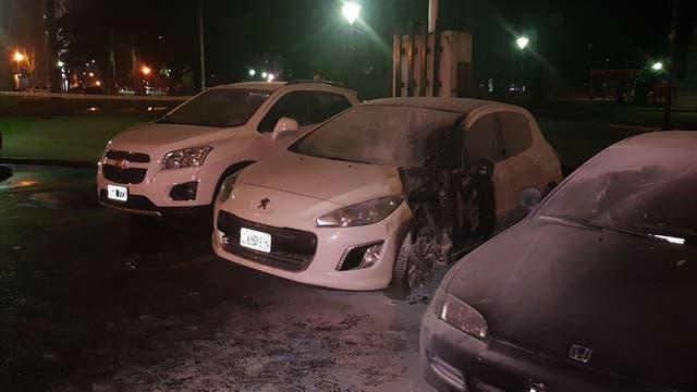 Dos vehículos resultaron quemados