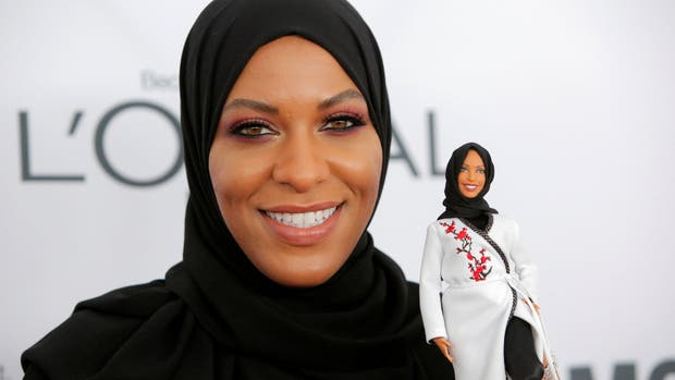 Ibtihaj Muhammad muestra la Barbie diseñada en su honor