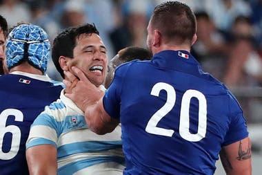 Matías Moroni es tomado del cuello por Louis Picamoles al finalizar el partido entre Francia y Argentina, en el Mundial de Japón.