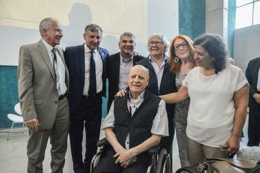 El prestigioso ilustrador, junto a las autoridades de la UNCuyo, además de colegas, amigos y el premio Nobel, Adolfo Pérez Esquivel.