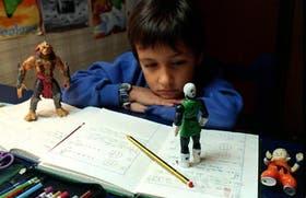 Iñaki Landívar concurre a segundo grado del Colegio San Agustín, en el Barrio Norte. Tiene doble escolaridad, llega a su casa a las cinco de la tarde y le lleva una hora hacer los deberes de castellan