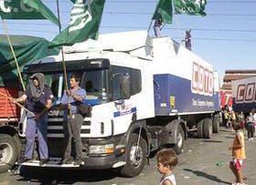 Los camioneros de Hugo Moyano tomaron ayer por la fuerza el centro de distribución de Esteban Echeverría de los supermercados Coto e impidieron el normal abastecimiento de la cadena.