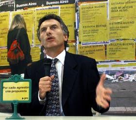 """Macri habló rodeado de afiches que lo señalan como """"un saltimbanqui"""" y """"un candidato haragán"""""""