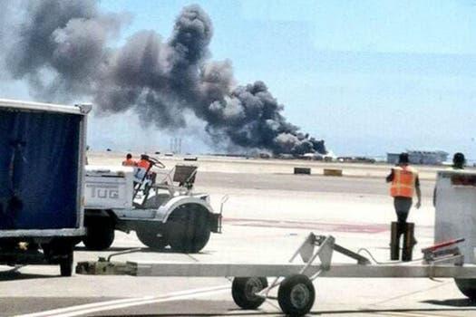 El aparato, en el que viajaban unas 290 personas perdió su cola al momento del aterrizaje forzoso y se incendió. Foto: Twitter / @navarrobryan