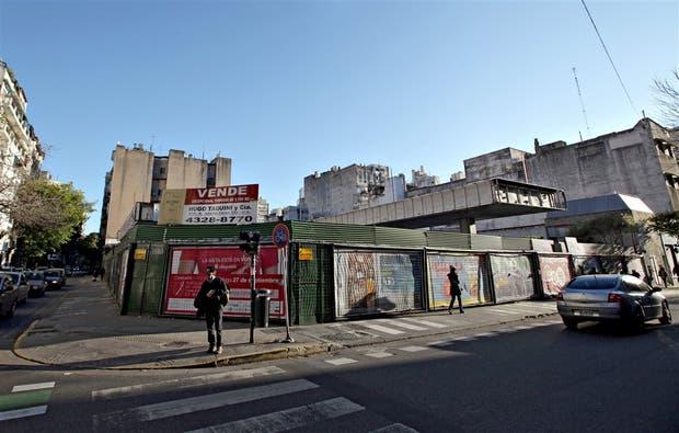 Una estación en Ayacucho y Perón, cerrada y a la venta