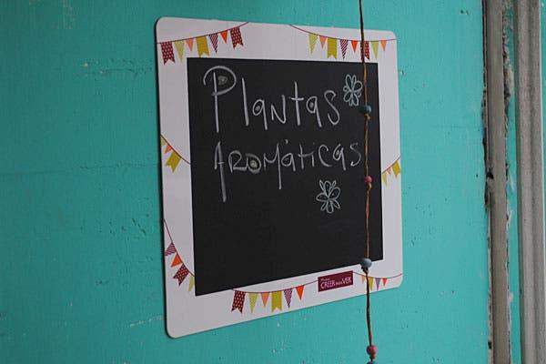 Un cartel invita a llevarse las plantas aromáticas. Foto: Cecilia Wall