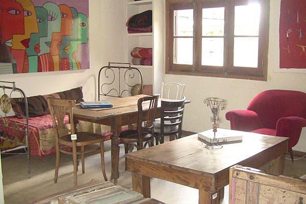 Cuadros y muebles antiguos componen el lugar. Foto: Cecilia Wall