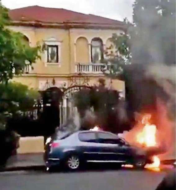 Prendieron fuego dos autos frente a la casa de Zaffaroni