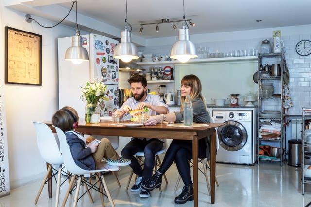 Un revestimiento de 'subway tile' blanco, una campana de acero inoxidable y dos estanterías de guardado dieron a la cocina un aire renovado