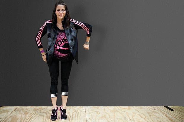 (Ver anterior) De pie, con el torso derecho, los brazos al costado del cuerpo y los tobillos juntos, flexionamos las rodillas y llevamos el brazo derecho hacia arriba. Lo bajamos, flexionando el codo para que forme un ángulo de 90 grados mientras elevamos el cuerpo poniéndonos en puntas de pie. Foto: Gentileza Adidas