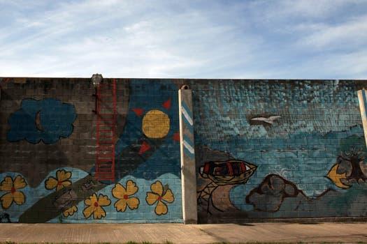 A los internos les permitieron pintar las paredes, en una de ellas hay una simbólica escalera. Foto: LA NACION / Guadalupe Aizaga