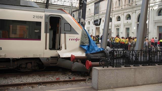 Un tren de la compañía Renfe chocó con el tope de la vía al llegar a la Estació de França (Estación de Francia) y 54 personas resultaron heridas