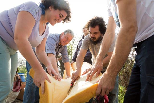Los voluntarios preparan  los elementos para la construcción