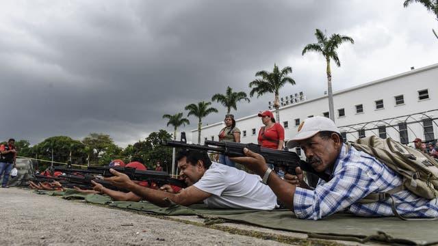 En Caracas, muchos civiles se sumaron a los ejercicios militares que programó el gobierno