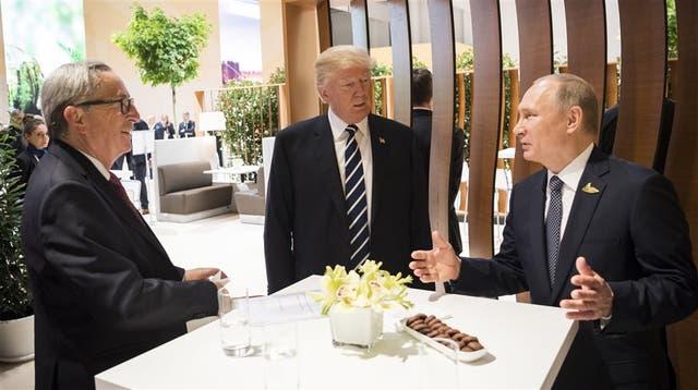 Aparte del encuentro a solas, Trump y Putin conversaron ayer con Jean-Claude Juncker, presidente de la Comisión Europea