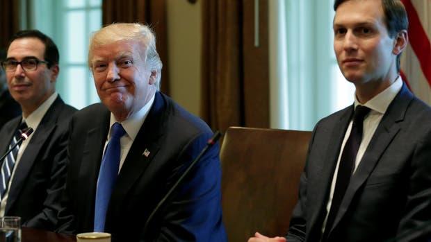 Trump ayer junto a su yerno, Jared Kushner, en la Casa Blanca