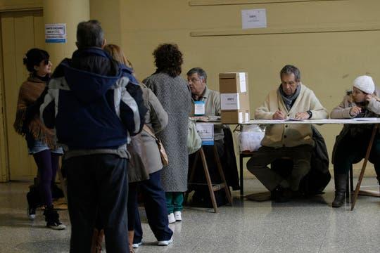 Los votantes en las escuelas de Mar del Plata  hacen cola para poder votar. Foto: LA NACION / Mauro V. Rizzi