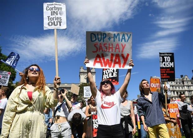 Cientos de personas marcharon ayer por el centro de Londres para pedir la renuncia de May