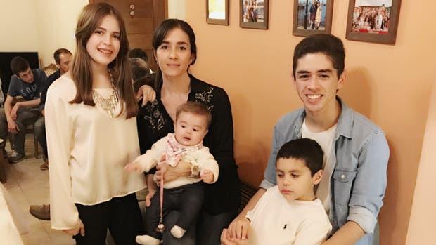 Luz con sus hijos (de izquierda a derecha): Luz de 15, Helena de 7 meses, Juan de 17 y Alejo de 8
