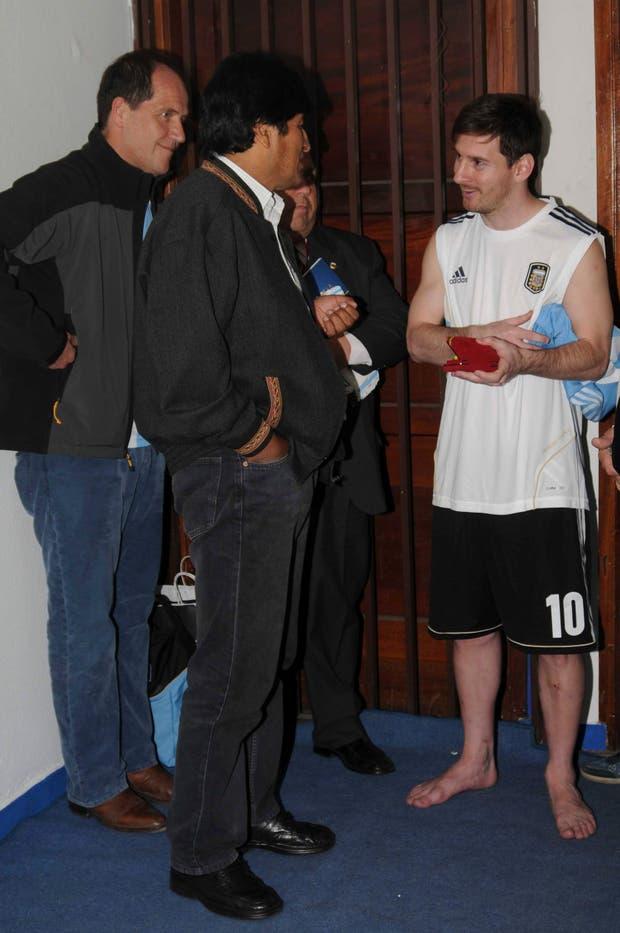 Traaanca Leo: en patas y hablando con Evo. Groso..  Foto:AP