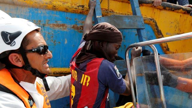 Un inmigrante que fue rescatado por un buque pesquero tunecino es trasladado a un bote de la ONG Migrant Offshore Aid Station (MOAS), con sede en Malta, para ser llevado al buque de rescate holandés Sea-Eye, después de que unos 20 inmigrantes quedaran a la deriva luego de que se hundiera su embarcac