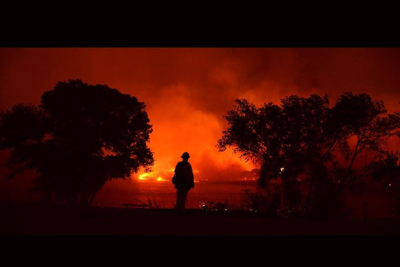 Imágenes impactantes del incendio que afecta a una extensa zona a unos 100km al norte de Los Angeles, California. Foto: Reuters
