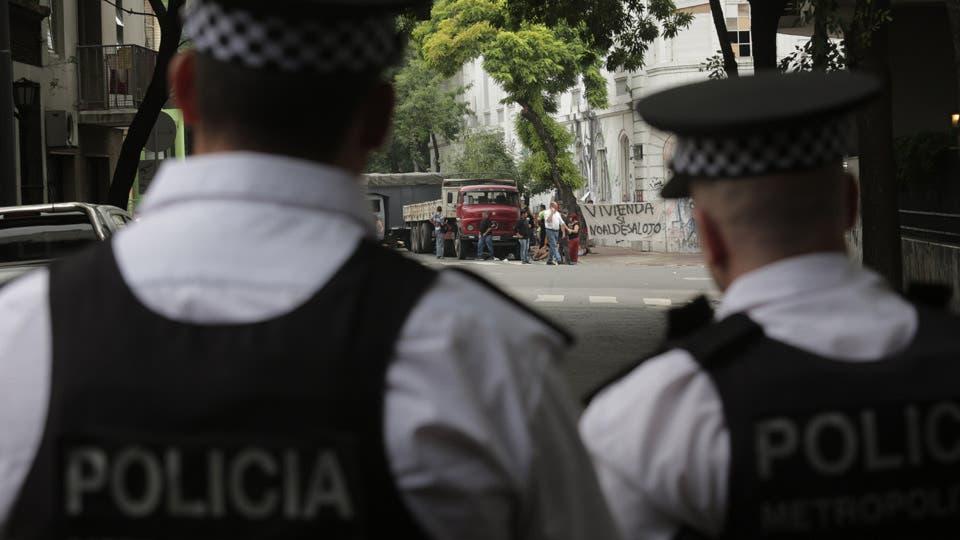 Comienza el desalojo de los vecinos del ex Padelai, de manera pacífica aunque rodeados de un fuerte operativo policial. Foto: LA NACION / Soledad Aznarez