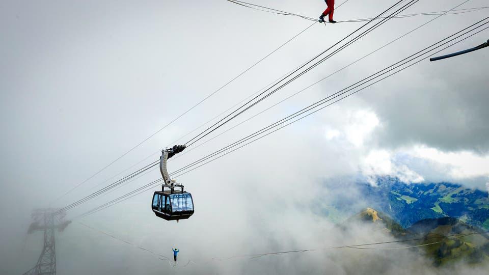 Audhild Hogasen de Noruega (arriba) y Raphael Bacot de Suiza (abajo). Foto: AFP / Michael Buholzer