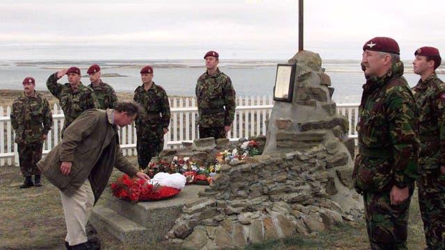 El 14 de marzo de 1999 visitó la Islas Malvinas