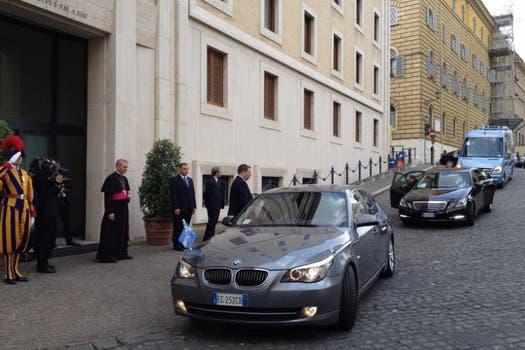 Cristina Kirchner llegó alrededor de las 7.40 (hora argentina); fue recibida por monseñor Georg Ganswein. Foto: LA NACION / Elisabetta Piqué