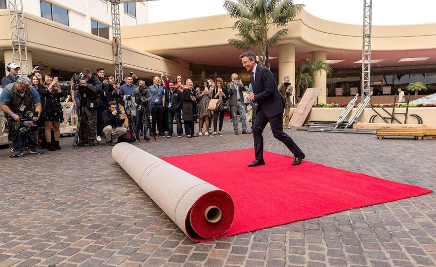 Seth Meyers se divierte simulando desenrollar la gran alfombra roja que recibirá a los famosos en la próxima entrega de los Globos de Oro