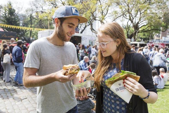 Tomás y Martina almuerzan en la feria Sin Tacc, en Barrancas de Belgrano