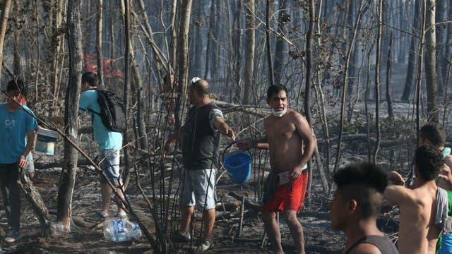 Llegó a la estación de gas Camuzzi Pampeana, trabajaron 18 dotaciones de bomberos y vecinos. Foto: LA NACION / Mauro V. Rizzi //Enviado especial