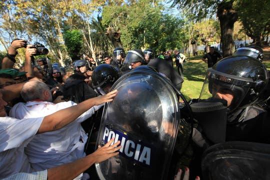 Graves incidentes en el Borda, la policia se enfrentó con los trabajadores del hospital y varios periodistas fueron heridos con balas de goma. Foto: LA NACION / Ricardo Pristupluk
