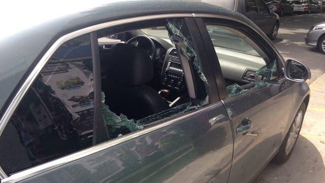 Las ventanillas del lado del acompañante fueron rotas por los motochorros